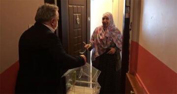 Evinden çıkamayan 65 yaşındaki Fatma teyzeye muhabbet kuşu sürprizi