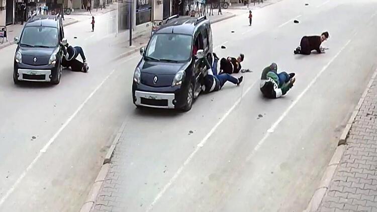 Adana'da kapkaççı şoku! İki kardeşi yerlerde sürükledi
