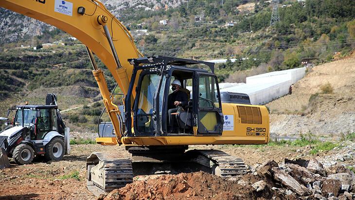 Alanyaspor Başkanı Çavuşoğlu, kepçenin başında tesislerin temelini inceledi