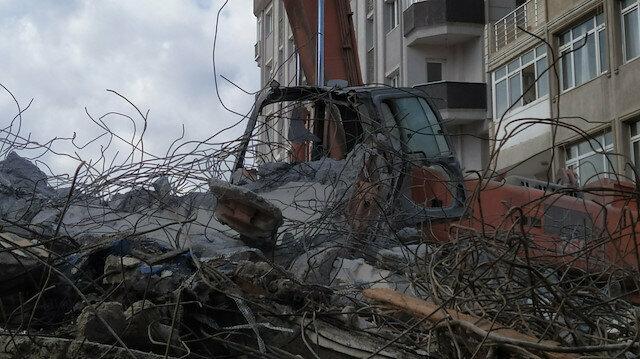 Avcılar'da korku dolu anlar: Yıkımda kepçenin üzerine beton blok düştü operatör ağır yaralandı