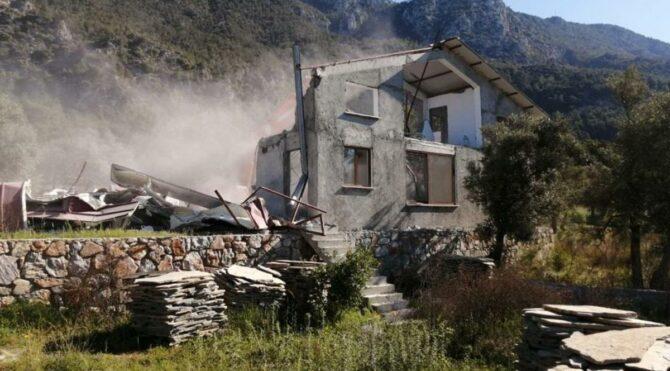Dünyaca ünlü koyda, kaçak yapıların yıkımına devam edildi