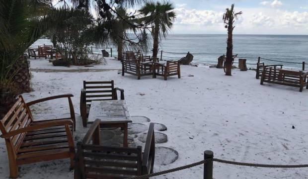 Fethiye'deki dolu sahili beyaz örtü ile kapladı
