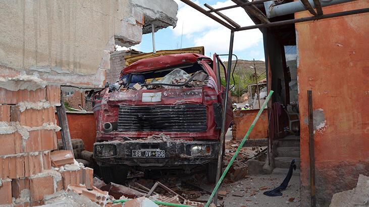 Freni boşalan kamyon evin bahçe duvarını yıktı, çocuğu çarptı