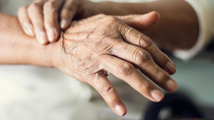 Geçer diye beklemeyin: Ellerdeki titremenin nedeni ve tedavisi