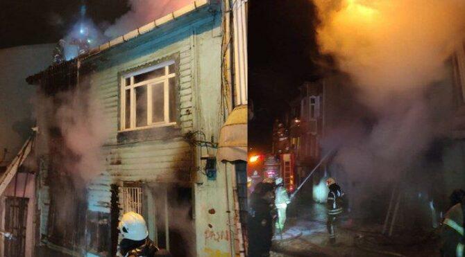 İki katlı ahşap bina yanarak kül oldu