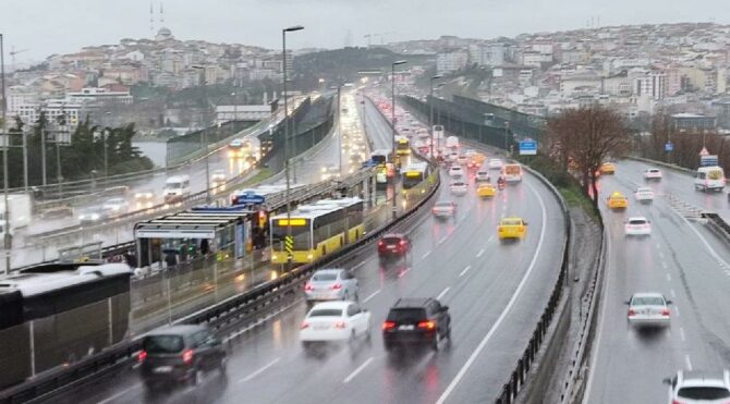 İstanbul'da yağışlı hava etkili olmaya başladı, trafiğe dikkat