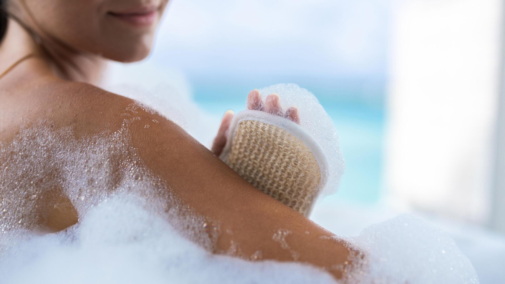 Banyo yaparken vücudumuzda temizlemeyi unuttuğumuz 6 bölge