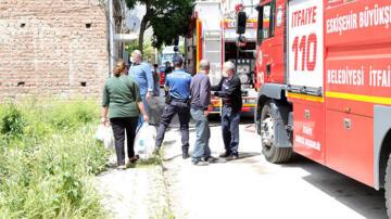 Yangında mahsur kalan komşusunu kurtardı