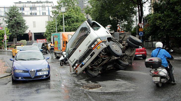 Şişli'de kamyon devrildi; sürücü kazadan yara almadan kurtuldu