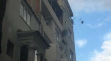 Önce yaşadığı evin çatısını yaktı, sonra itfaiyecilere saldırdı