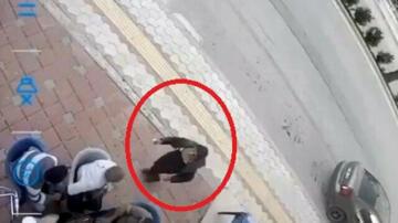 Satırlı saldırıya uğrayan kadın vatandaşların yanına sığındı: Tavla oynayanlar müdahale bile etmeden izledi